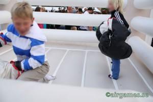 Barn leker i boxningsring.
